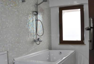 fully-tiled-bathroom--two-bed-sea-view-villa-in-alanya