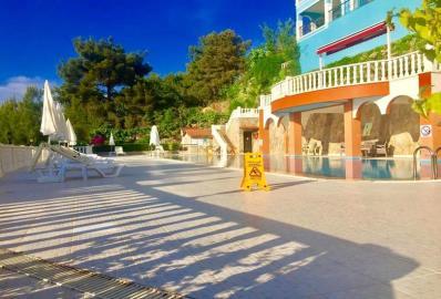 sunbathing-areas-round-pool