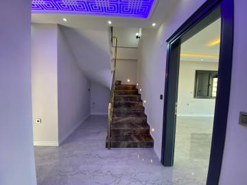 spacious-entrance-hall