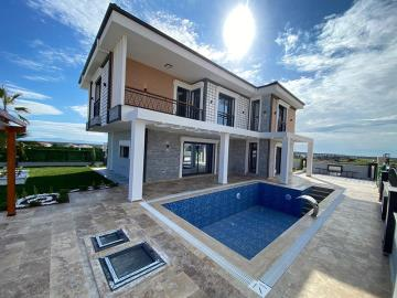 stunning-detached-home-with-pool