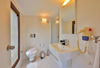 well-fitted-en-suite