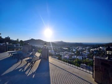 boasts-panoramic-views