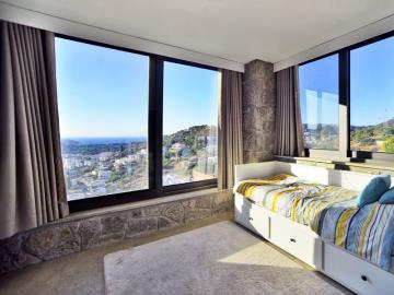 bedroom-enjoys-stunning-views