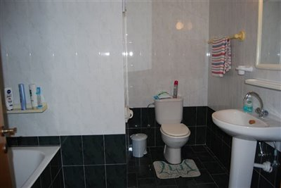 10-family-bathroom