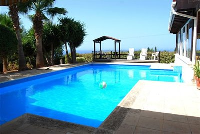 04-pool-and-sea-view