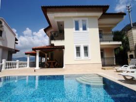 Image No.0-Villa / Détaché de 6 chambres à vendre à Uzumlu