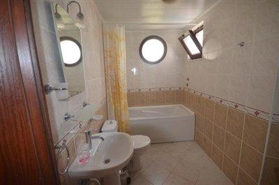 10--family-bathroom_resize