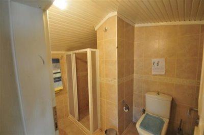 11--upper-bathroom_resize