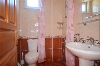 20--ensuite-to-bedroom-one_resize