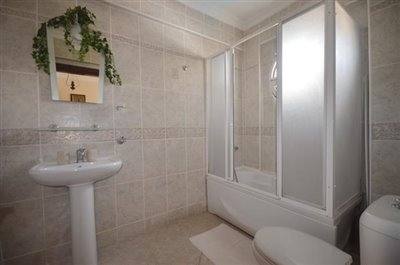 12--family-bathroom-one-first-floor_resize