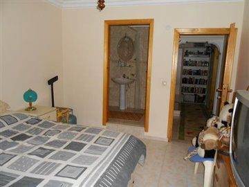 23--basement-bedroom-1-with-ensuite_resize