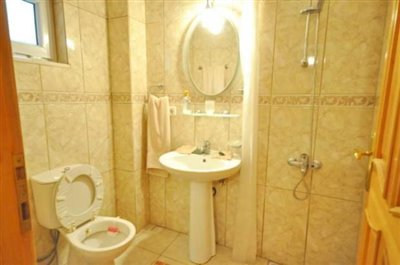 25--LOWER-ENSUITE-B1