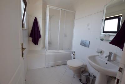 9b--ensuite-bathroom