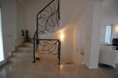 14--lounge-hallway-down-to-kitchen_resize