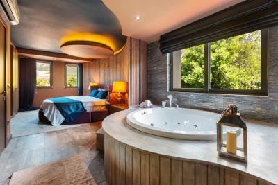 5--master-bedroom-suite