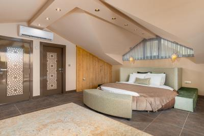 9--Upper-bedroom-suite-also-with-jacuzzi