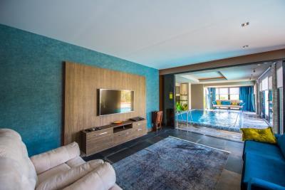 6a--lounge-overlooks-indoor-pool