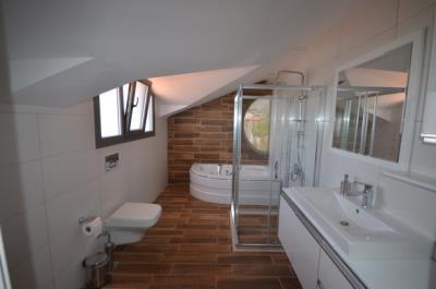 17--ensuite-bathroom_resize