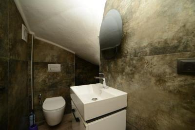 5b--under-stairs-wc