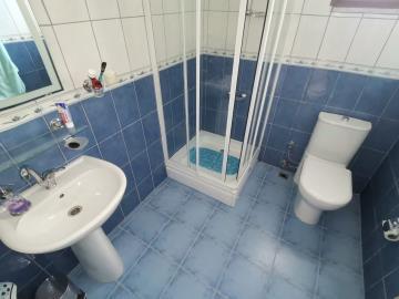 14--family-bathroom