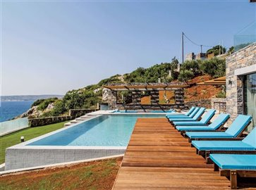 30-pool-with-sunbeds