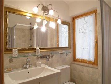 18-08-10-CM224-internal-bathroom