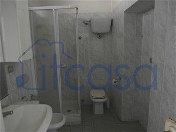 19-05-07-S239-Int-bathroom