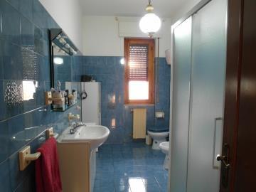 20-04-23-A253-bathroom2