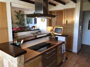 8 Kitchen (2).JPG