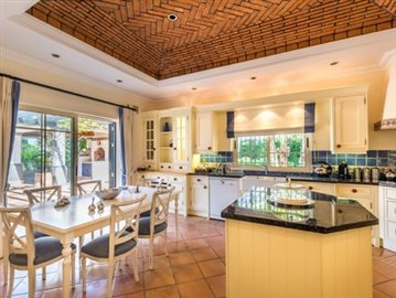 Image 3 of 9 : 4 Bedroom Villa Ref: AVA53
