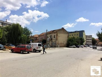 Detached two-storey house with a yard, 2 commercial property in the center of ? small town - Pavlikeni, 40 km away from Veliko Turnovo