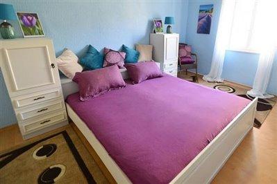 DSC_0041--mustura-bedroom-with-window-670x446
