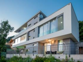 Kavac, Villa