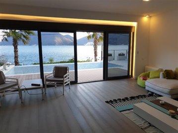 luxury-villa-on-the-waterfront-13045--49-