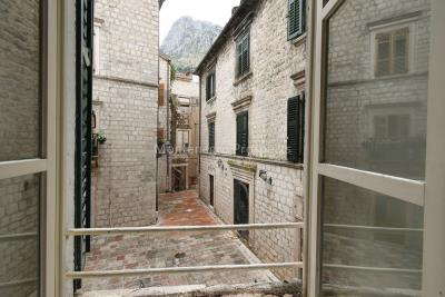 Two-bedroom-apartment-for-sale-in-the-Old-town-of-Kotor--12-