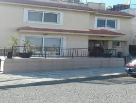 Mesa Geitonia, Villa