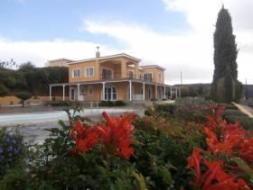 1. 6 Bed Villa for sale