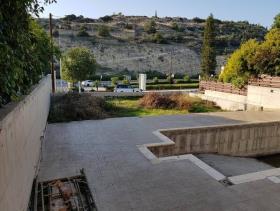 Ayios Tychonas, Villa