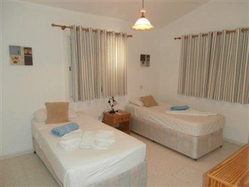 a-spacious-three-bedroom-villa-close-to-the-beach-in-coral-bay_full_12