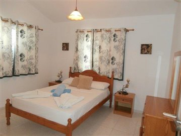 a-spacious-three-bedroom-villa-close-to-the-beach-in-coral-bay_full_13