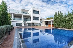 Image No.0-Maison / Villa de 6 chambres à vendre à Agia Fyla