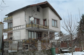 Slivo Pole, Property
