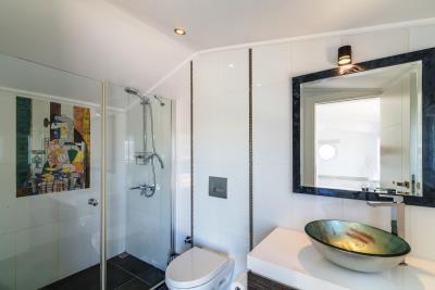 everest-picasso-bathroom