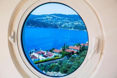 everest-porthole