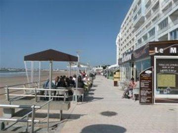 Bars_and_restraurants_alongside_the_beach