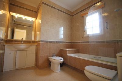 20---upstairs-bathroom