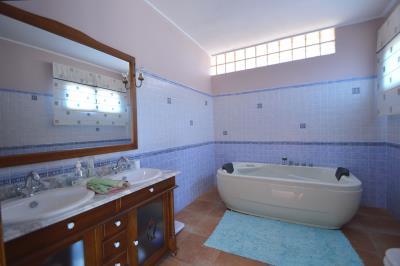 42---upstairs-bathroom