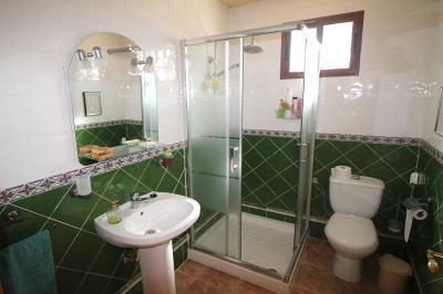 14---downstais-en-suite-bathroom