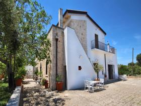 1. 6 Bed Farmhouse for sale
