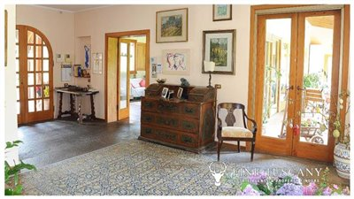 Villa-for-sale-in-Bientina--Tuscany--Italy---Entrance-hall